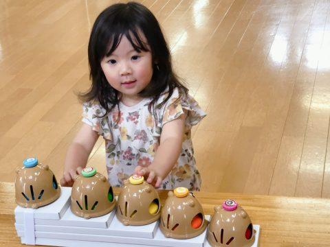 ベルで遊ぶ三歳女の子