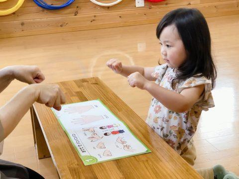 手をグーする三歳女の子