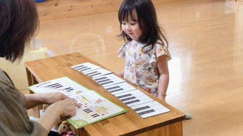 鍵盤図と三歳女の子
