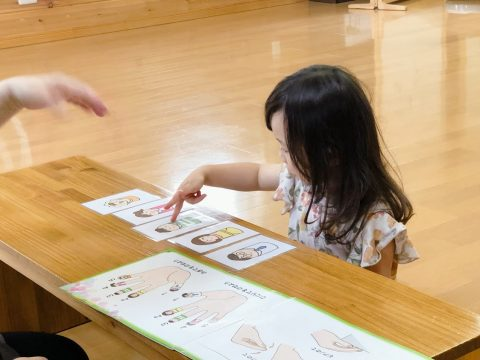 カードで遊ぶ三歳女の子