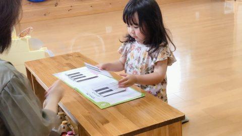 鍵盤カードと三歳女の子