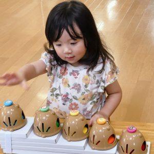 ベルを鳴らす三歳女の子