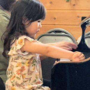 ピアノと遊ぶ女の子