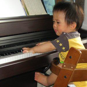 ピアノを弾く赤ちゃん
