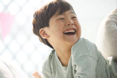 笑顔で振り向く男の子