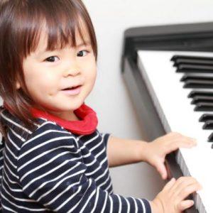 ピアノを弾く笑顔の女の子
